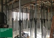 1階の壁枠解体が完了しました! スラブ(天井)の型枠は約1ヵ月間の養生期間をとる為、しばらくは写真のようにサポートと呼ばれるツッパリを置いたまま、コンクリートの強度が出るのを待ちます(^^)/