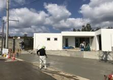 外構工事も順調に進み、先日駐車場土間コンクリートの打設を行いました。 これから仕上げ関係の工事に入っていきます。