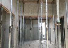 スラブ打設完了、壁枠が解体されました。コンクリートがきれいに詰まっています。このあとさらに養生期間をおいて、スラブ枠解体をおこないます。
