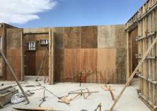 基礎工事が完了し、躯体工事に移りました。現在壁の外枠組みに入っています。このあと、鉄筋組み→設備配管→返し枠で壁を組み、スラブの枠組みになります。