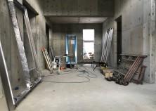 養生期間が終わり、スラブ枠が解体されました。 サッシが搬入され、取付け工事に入ります。