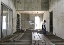 内部大工開始。ただいま床の下地組み作業中です。 写真中央に立ち上がっている配管部分は、キッチンになります。 このあと、床材を張っていきます。
