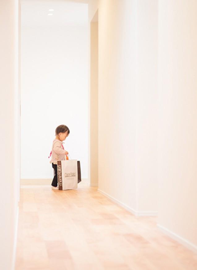 子供の成長を家族で見守る白の家