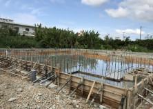 基礎打設完了。散水養生でコンクリートの乾燥を防ぎ、強度を上げます。
