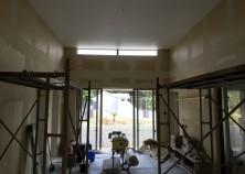 内部大工が完了し、クロス作業に入っています。各部屋の天井クロスを貼った後に、壁のクロス貼りに移ります。