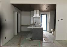 クロス作業が完了し、キッチンが設置されました。 照明器具・衛生器具の取付けが終われば、内部の大まかな作業は終了です。 外部では、外構工事に向けて準備が進められています。