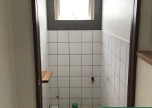 トイレのタイル工事が完了しました! 床・壁そしてクロスともに、色を変えていますが、 シンプルかつおしゃれな組み合わせです(^^)/