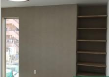 クロス工事が完了し、器具付けを行っています! こちらにも壁一面のみアクセントクロスを使用して、 落ち着いた雰囲気が漂っています(^^)/ 完成までもう少しです!