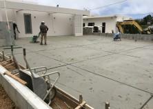 外構工事も大詰めを迎え、駐車場土間打設完了しました。 約100坪、業者さんも驚く面積です! ひび割れ防止の誘発目地もたくさん入れています。