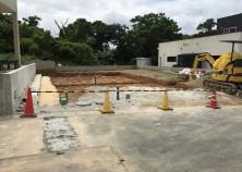 擁壁工事が完了し、建物本体の工事開始。浄化槽・排水管の埋設作業が終わりました。この後、建物基礎の下地敷き込み→枠組みと進みます。