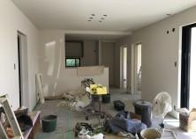 内部大工完了、クロス作業も完了間近です。 こちらのお家は、クロス・建具すべて白に統一されています。 シンプルな分、アクセサリーが映えそうです。