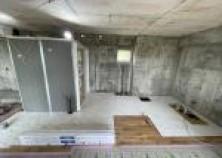 床貼りが完了しました! 水回りの床材と無垢フローリングの貼り替わる箇所の写真です! 部屋に区切られる前の状況は中々見ないと思うので載せてみました(^^)/