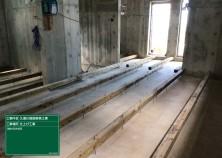 サッシ・ユニットバスの設置が完了し、いよいよ内部造作工事です! 写真は床下の大引き組の様子です(^^)/