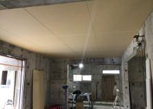 天井ボード貼り施工中です。
