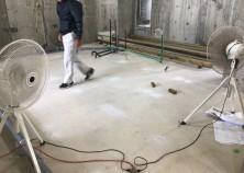 スラブコンクリート打設後養生期間を得て内部大工工事開始の写真になります。