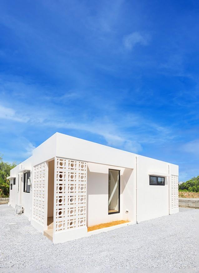 タイルテラスと花ブロックのシンプルハウス