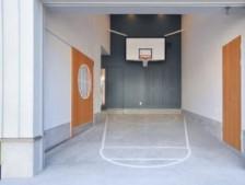【バスケットリングのある家】