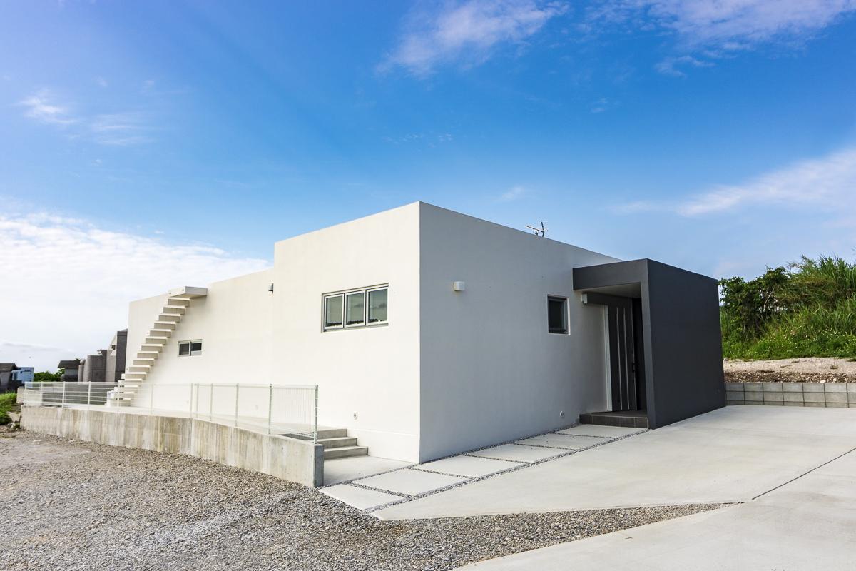 青空・海・緑・白の家