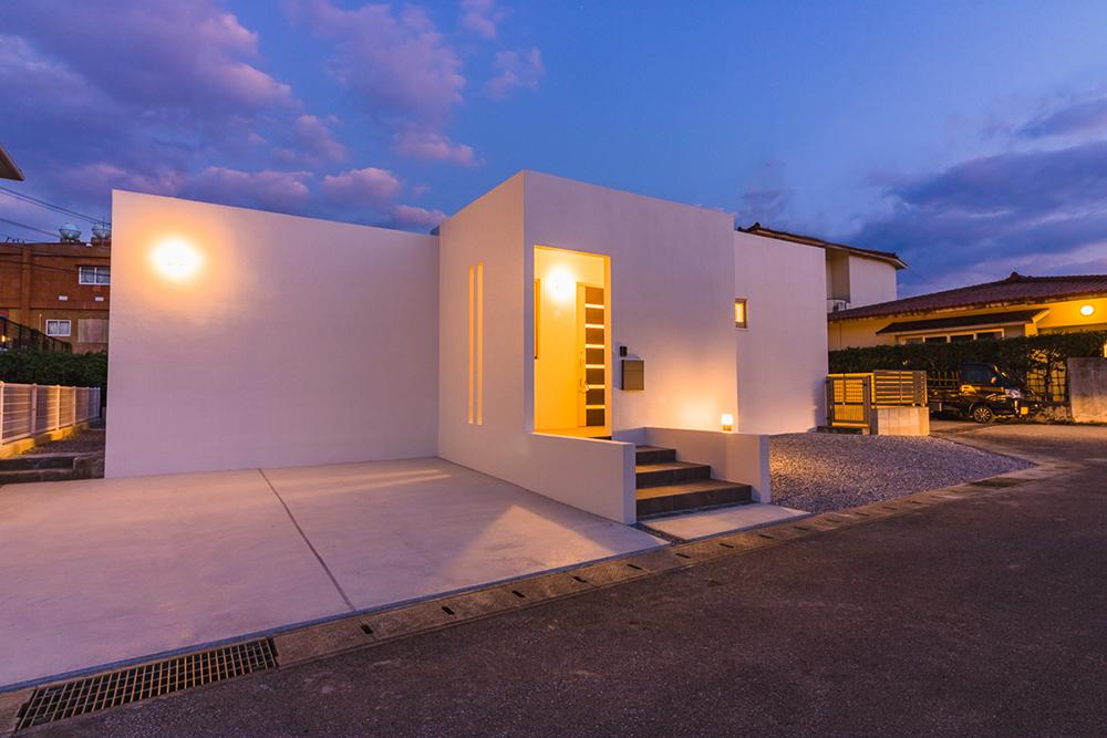 角地に建つシンプルな白の家