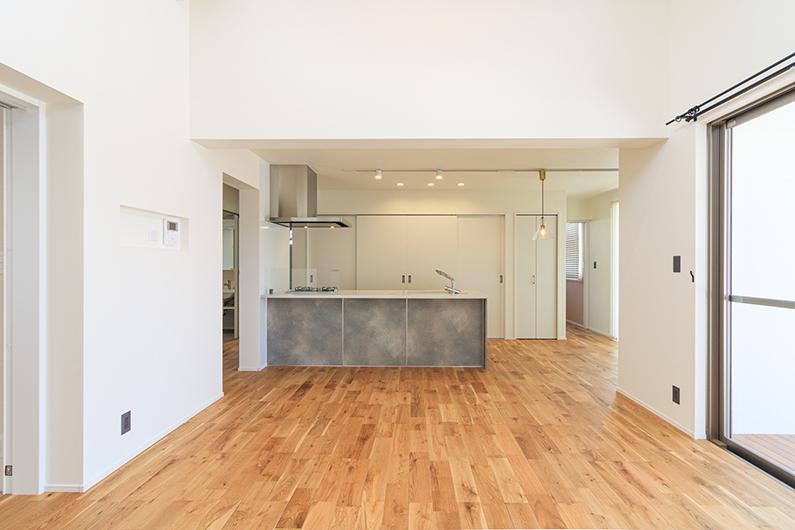 冷蔵庫を隠せるキッチン収納・こだわりが詰まった白の家