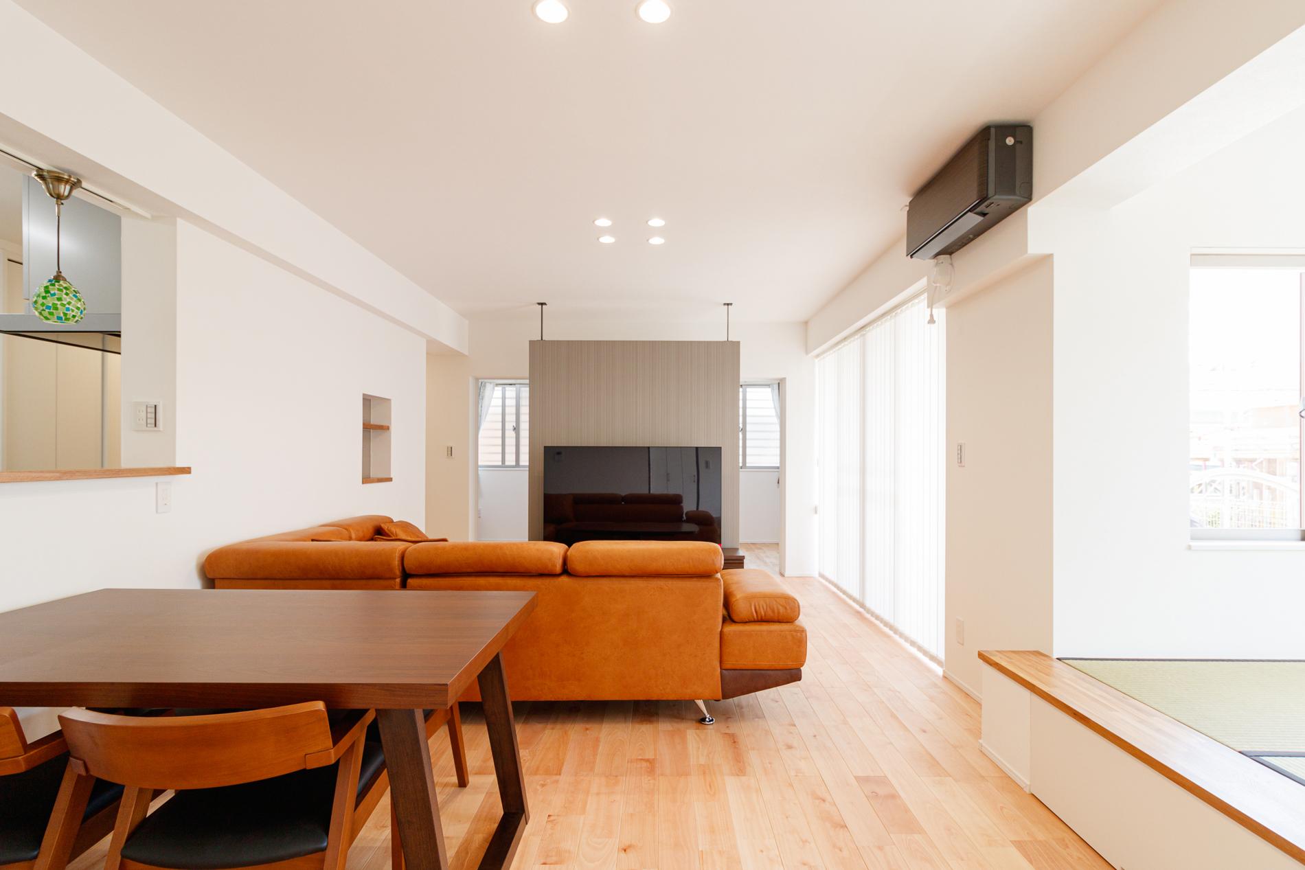広めのLDKと小上がりの和室がある白の家