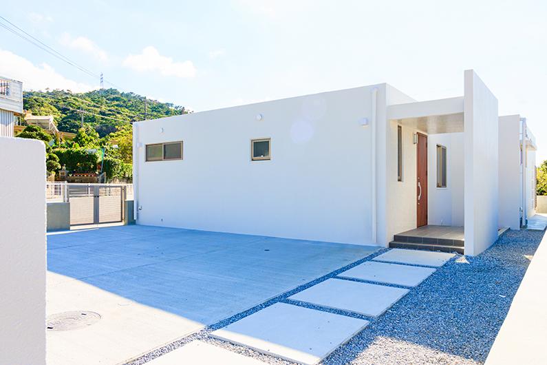 リビングを中心に空間が広がる34坪の白の家
