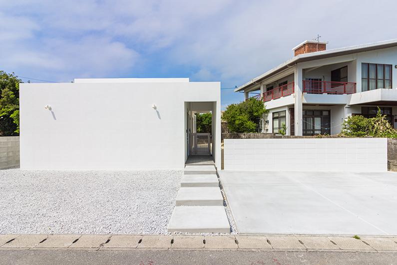 吹き抜けのリビングを中心に空間が広がる白の家
