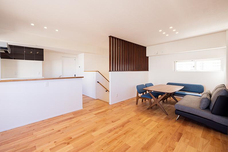 施工事例【おしゃれなスリット格子のある2階建ての白の家】を公開いたしました。