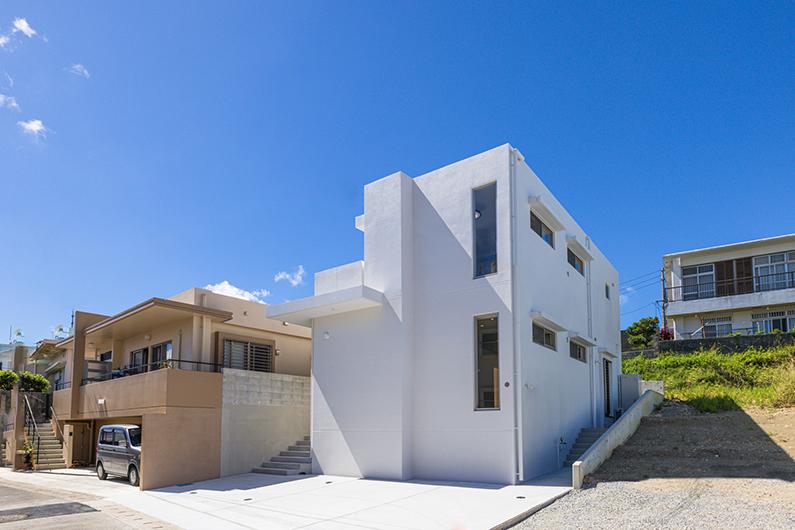青空とのコントラストが素敵な2階建ての白の家